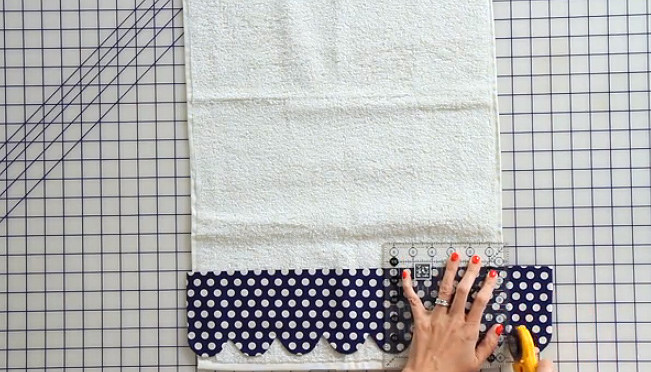 Scalloped Hand Towel - Free Pattern and Tutorial - The Jolly